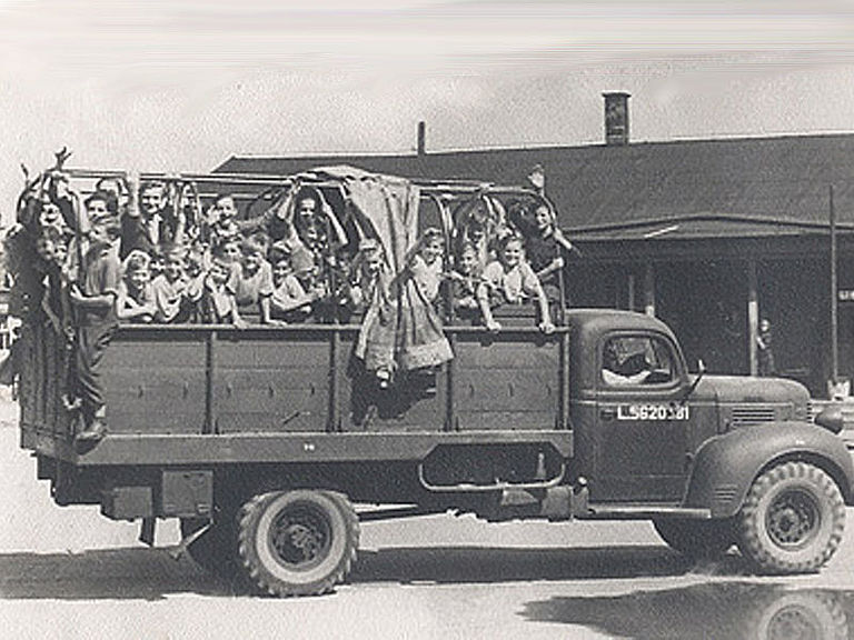A truck of Caritas with children on recreation in 1947 © Caritas