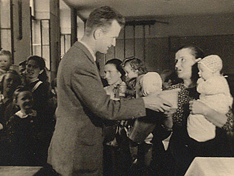 Caritas delighting Austrian families with a delivery of sweets in 1946 © Caritas