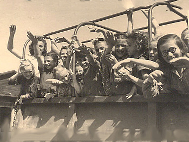 Children playing joyfully on a Caritas truck in the holiday camp Auhof in 1946 © Caritas